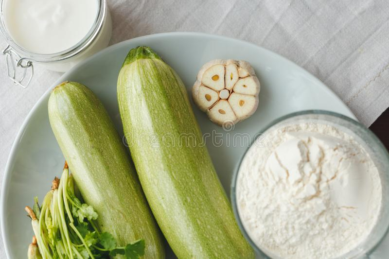 Los ingredientes para la ensalada de adornan foto de archivo libre de regalías