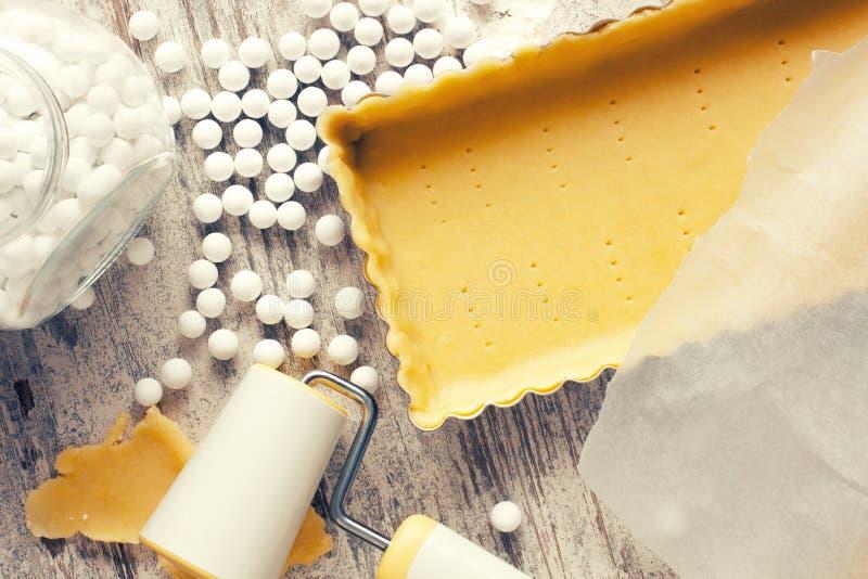 Los ingredientes para la pasta basan para la quiche, agrio imagen de archivo libre de regalías
