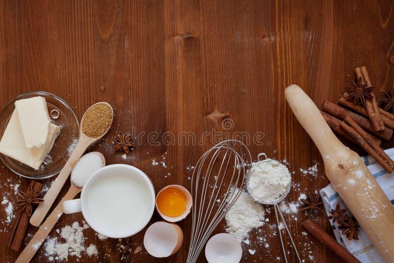 Los ingredientes para la pasta que cuece incluyendo la harina, huevos, leche, mantequilla, azúcar, canela, estrella del anís, bat imagen de archivo libre de regalías