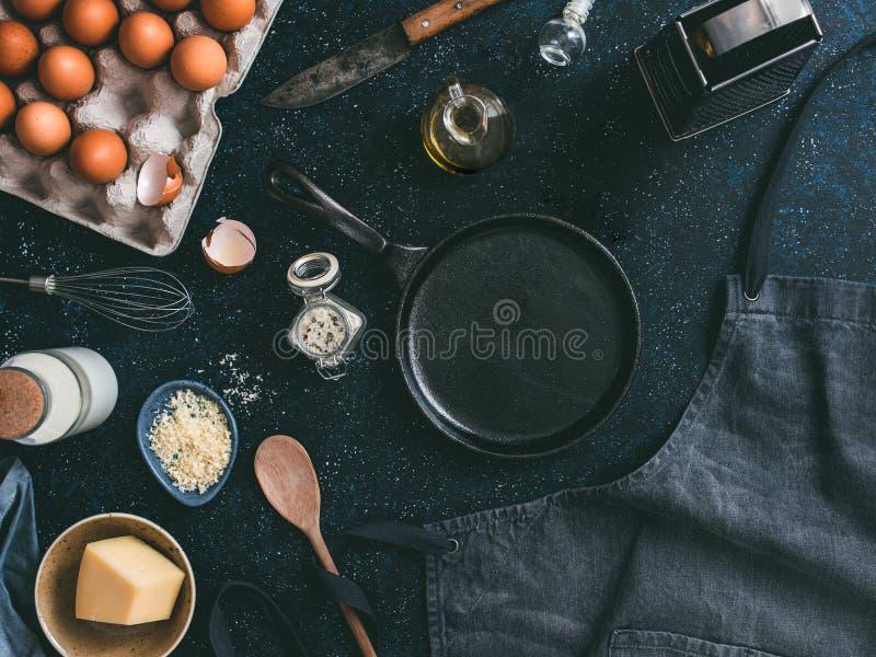 Los ingredientes para la tortilla, oscuros, copian el espacio fotografía de archivo