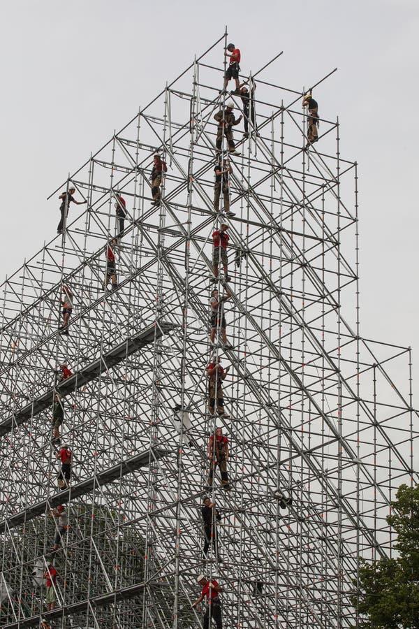 Los instaladores están construyendo una estructura enorme del metal fotos de archivo libres de regalías