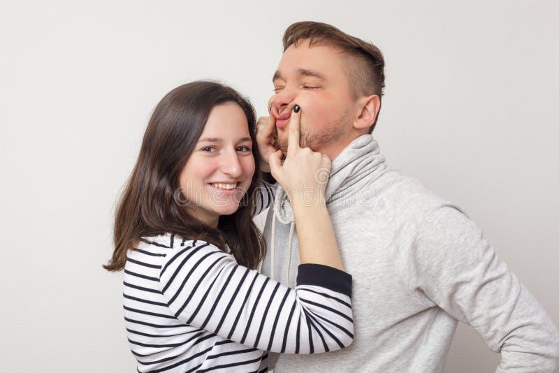Los intentos de la muchacha para animar para arriba a su novio fotografía de archivo libre de regalías