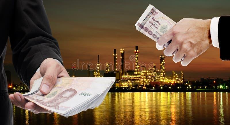 Los inversores invierten en la refinería de petróleo industrial imagenes de archivo