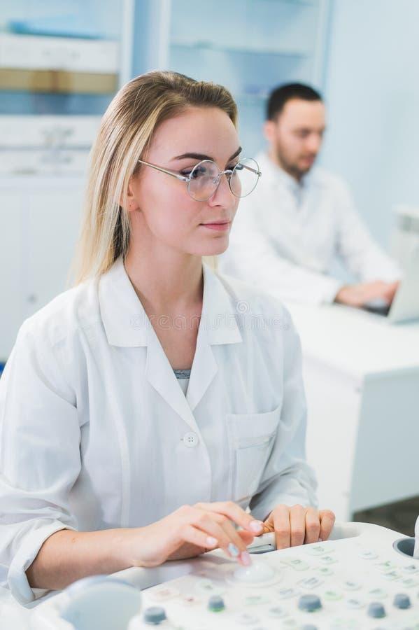 Los investigadores combinan el trabajo en la prueba científica científica de los datos del ordenador que analiza hacia fuera en l imagen de archivo libre de regalías