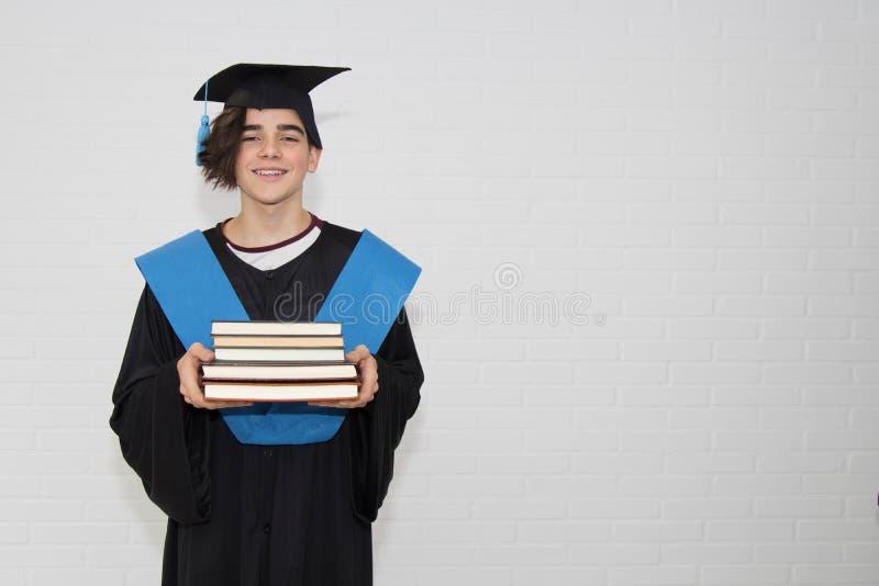 Los jóvenes aislaron en una graduación fotografía de archivo
