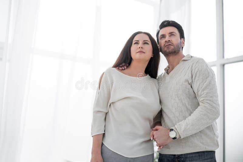 Los jóvenes casados juntan la situación en nueva sala de estar fotos de archivo