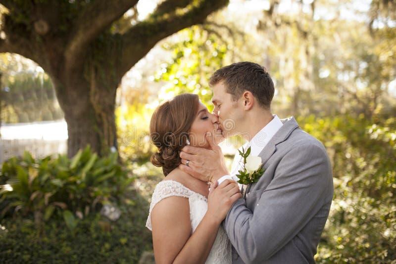 Los jóvenes casados se juntan en el jardín imagen de archivo libre de regalías