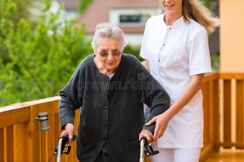 Los jóvenes cuidan y mayor femenino con el marco que recorre