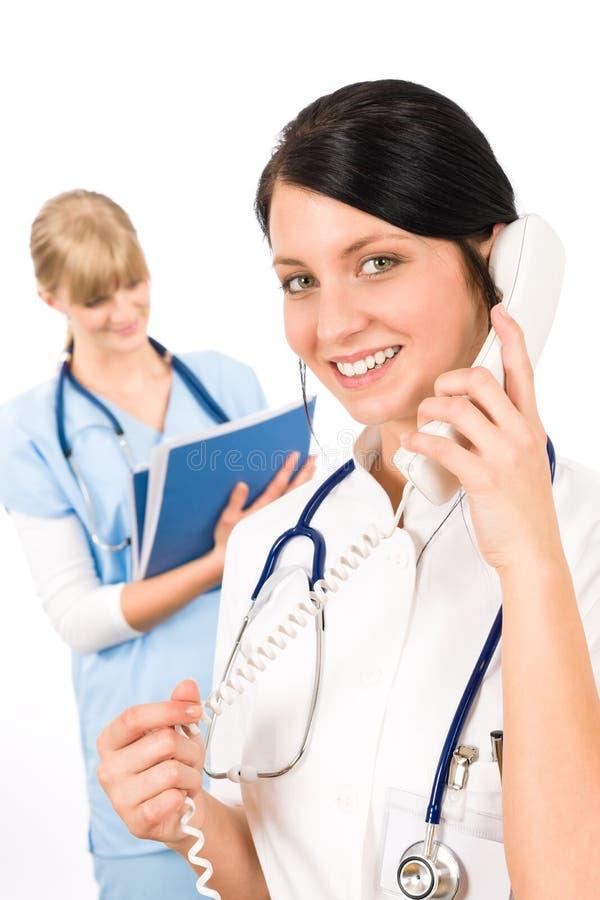 Los jóvenes del doctor de las personas médicas cuidan la sonrisa femenina fotos de archivo