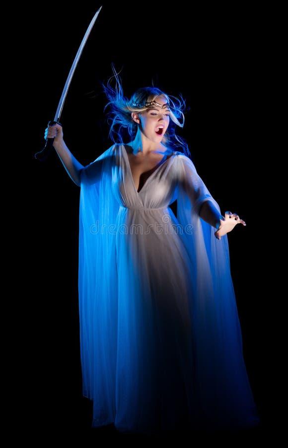 Los jóvenes elven a la muchacha con la espada imagen de archivo