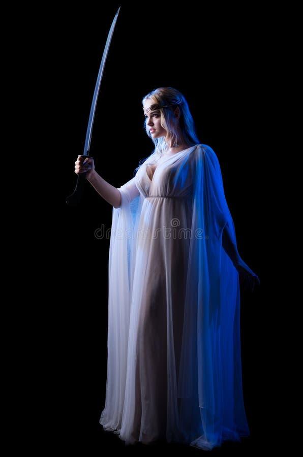 Los jóvenes elven a la muchacha con la espada fotografía de archivo libre de regalías