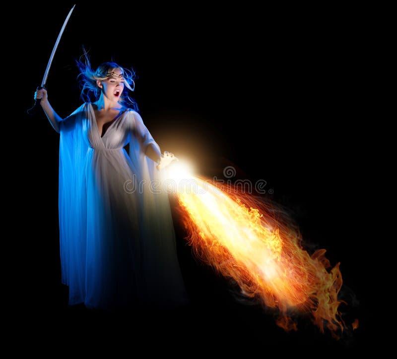 Los jóvenes elven a la muchacha con la espada imagen de archivo libre de regalías