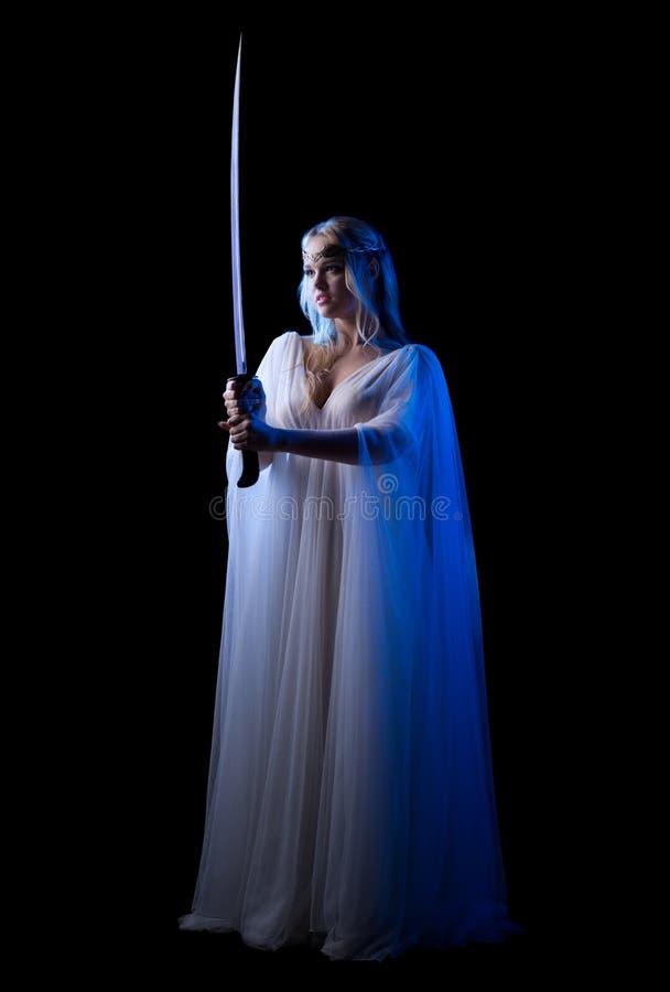 Los jóvenes elven a la muchacha con la espada aislada imágenes de archivo libres de regalías