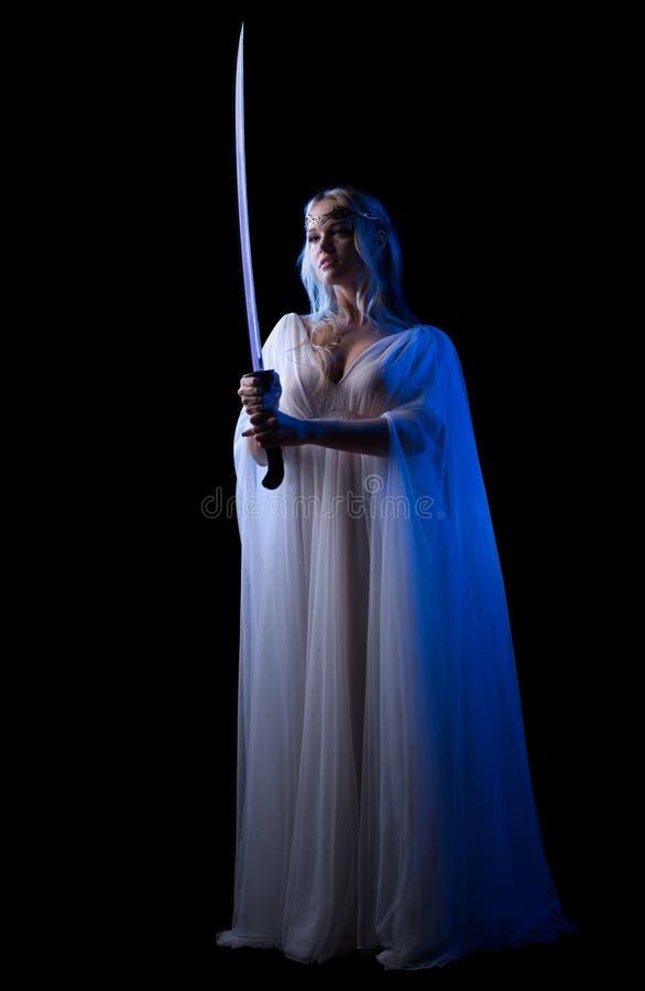 Los jóvenes elven a la muchacha con la espada aislada fotografía de archivo libre de regalías