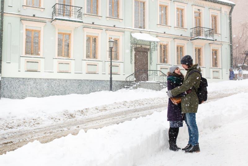 Los jóvenes felices se juntan en la ciudad del invierno que se divierte fotografía de archivo libre de regalías