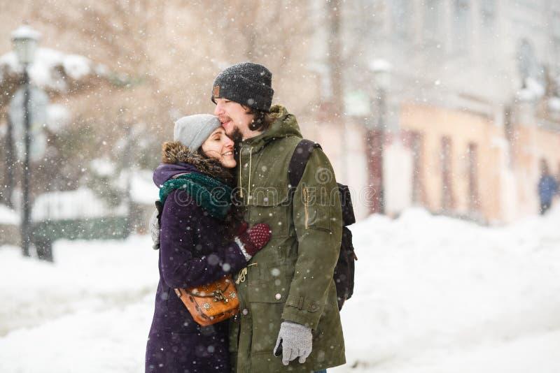 Los jóvenes felices se juntan en la ciudad del invierno que se divierte imagen de archivo libre de regalías