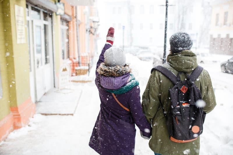 Los jóvenes felices se juntan en la ciudad del invierno que se divierte imagen de archivo