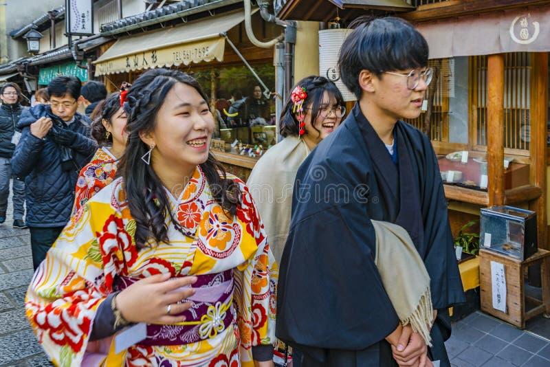 Los jóvenes japoneses se juntan con el traje tradicional, Kyoto, Japón foto de archivo libre de regalías