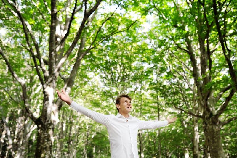 Los jóvenes liberan al hombre que disfruta de la naturaleza - concepto de los happines de la libertad imagenes de archivo