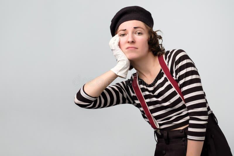 Los jóvenes lindos imitan a la mujer que presenta estando tristes y trastornados foto de archivo