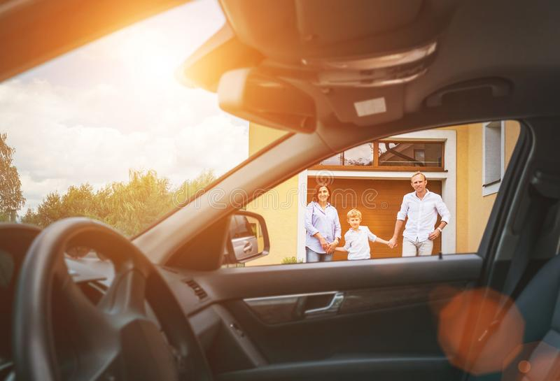 Los jóvenes se juntan con el niño pequeño que el hijo va a su coche que se coloca en t imágenes de archivo libres de regalías
