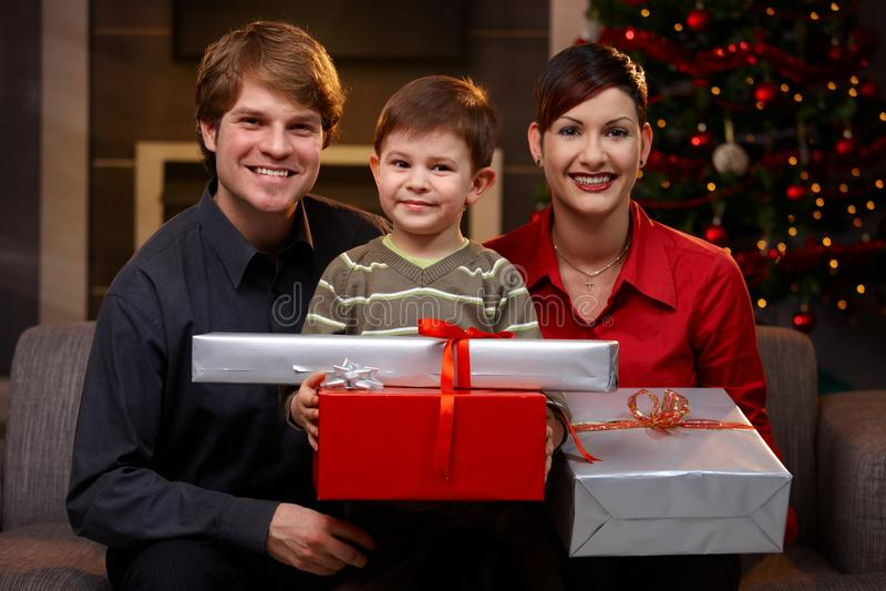Los jóvenes se juntan e hijo en la Navidad foto de archivo libre de regalías