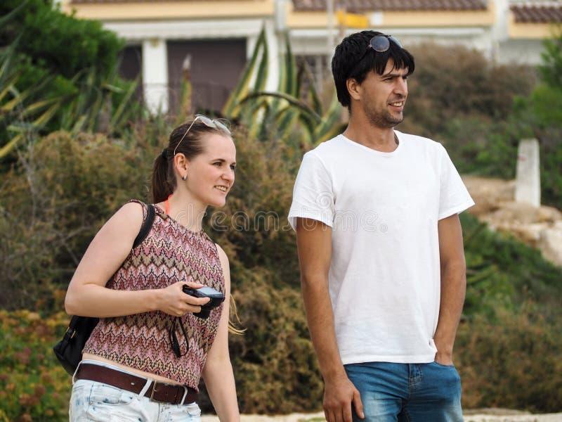 Los jóvenes se juntan en el amor, muchacho adulto y la muchacha admira el paisaje hermoso en Cataluña, España imagen de archivo libre de regalías