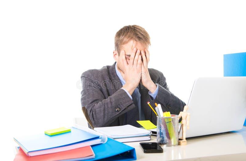 Los jóvenes trabajaron demasiado y abrumaron al hombre de negocios que cubría su tensión y dolor de cabeza del sufrimiento de la  fotografía de archivo libre de regalías