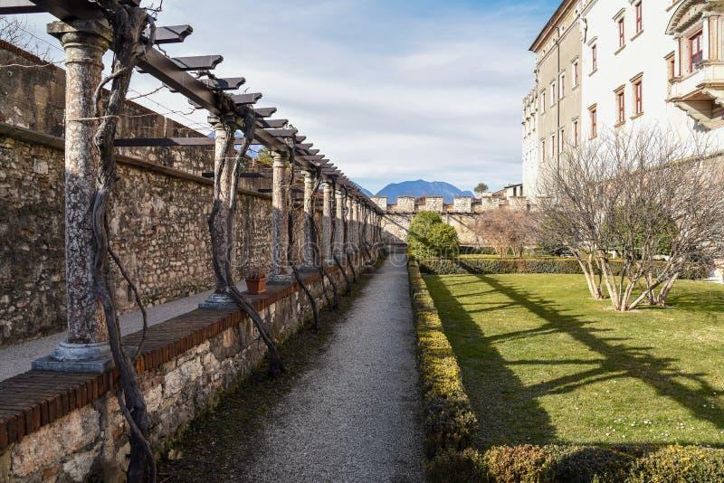 Los jardines al aire libre del castillo majestuoso de Buonconsiglio en el corazón de la ciudad de Trento se elevan en Trentino Al foto de archivo libre de regalías