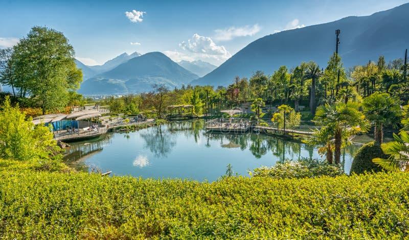 Los jardines botánicos de Trauttmansdorff se escudan, Merano, el Tyrol del sur, Italia, ofrecen muchas atracciones con botani imágenes de archivo libres de regalías