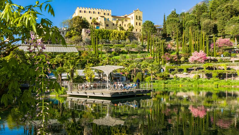 Los jardines botánicos de Trauttmansdorff se escudan, Merano, el Tyrol del sur, Italia, ofrecen muchas atracciones con botani fotografía de archivo libre de regalías