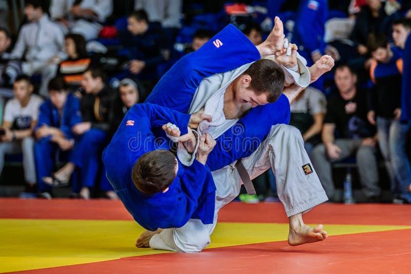 Los judoists de los combatientes luchan a tiempo para competir fotografía de archivo libre de regalías