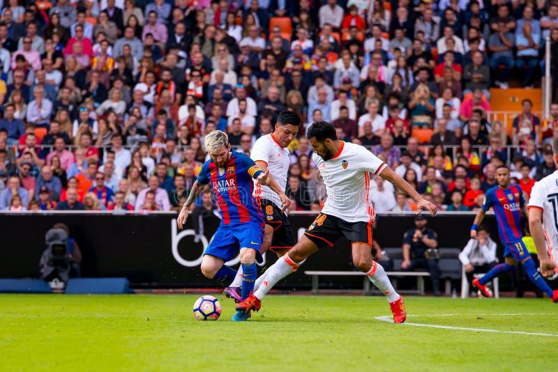 Los juegos de Leo Messi en el La Liga hacen juego entre el Valencia CF y el FC Barcelona en Mestalla imagen de archivo libre de regalías