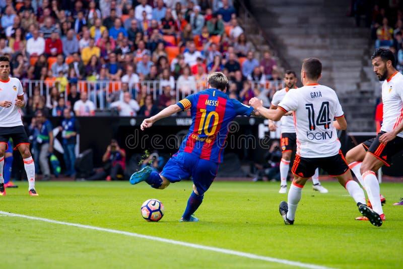 Los juegos de Leo Messi en el La Liga hacen juego entre el Valencia CF y el FC Barcelona en Mestalla imagen de archivo
