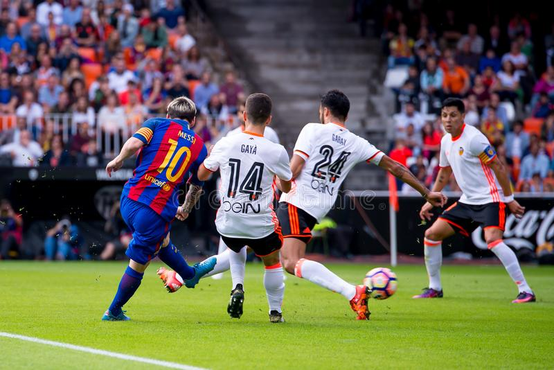 Los juegos de Leo Messi en el La Liga hacen juego entre el Valencia CF y el FC Barcelona en Mestalla foto de archivo