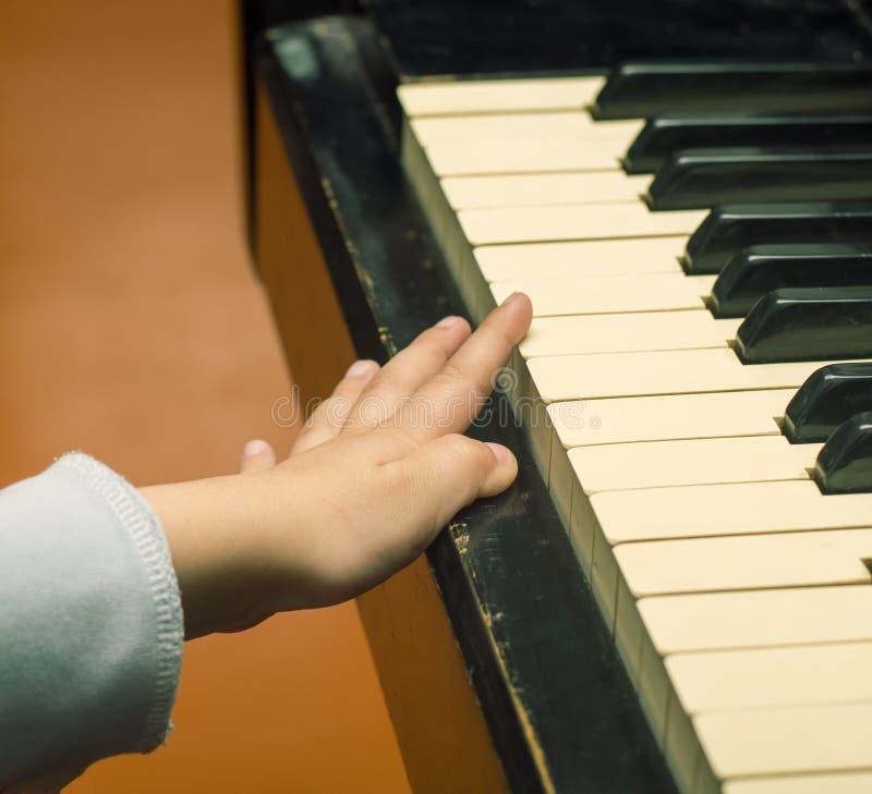 Los juegos de niños el piano fotografía de archivo