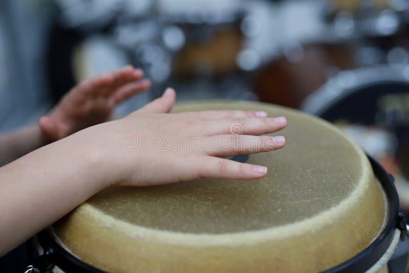 Los juegos de niños los tambores fotos de archivo