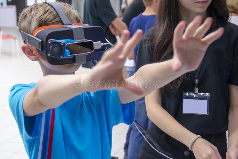 Los juegos del muchacho con los vidrios de la realidad virtual foto de archivo libre de regalías