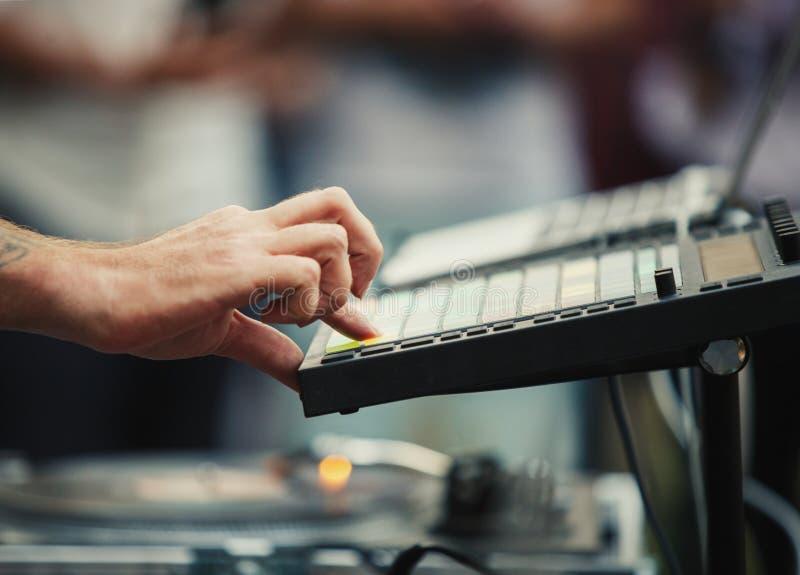 Los juegos profesionales de DJ fijaron con la máquina del golpe en festival de música al aire libre imágenes de archivo libres de regalías