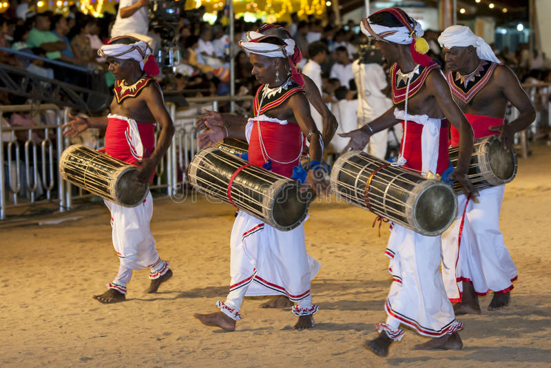 Los jugadores de Beraya de los yacs se realizan en el festival de Kataragama en Sri Lanka imagen de archivo