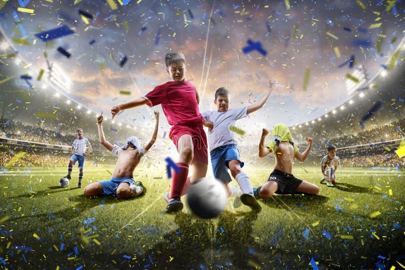 Los jugadores de fútbol de los niños del collage en la acción en panorama del estadio imagen de archivo