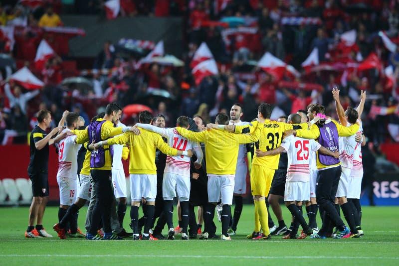 Los jugadores de Sevilla FC recolectaron en círculo de la energía que celebraban la victoria fotografía de archivo