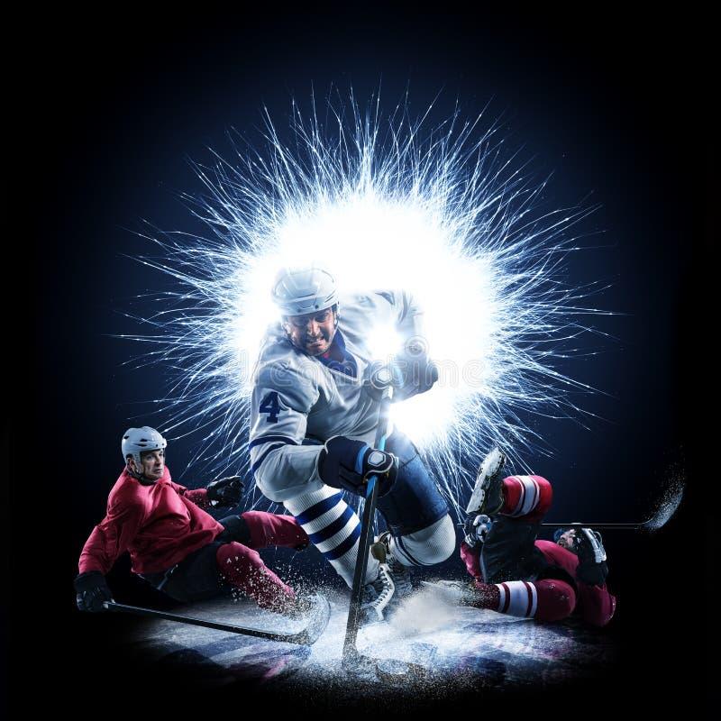 Los jugadores del hockey sobre hielo están patinando en un fondo abstracto foto de archivo libre de regalías