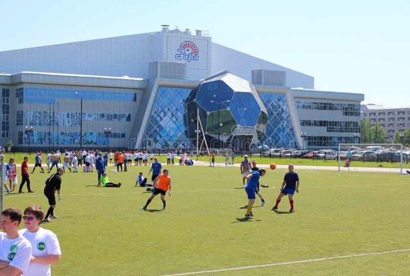 Los jugadores entrenan en el campo de fútbol en el amanecer Novosibirsk del estadio imagen de archivo libre de regalías