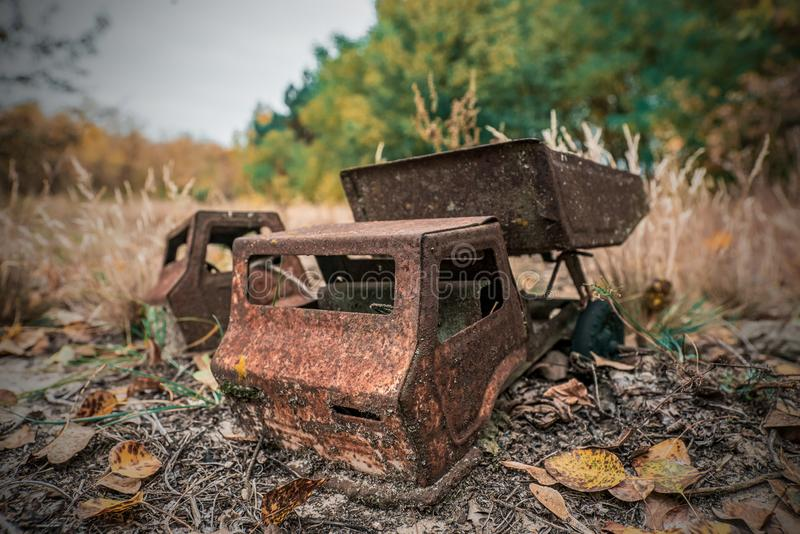 Los juguetes de los niños olvidados y oxidados fotografía de archivo