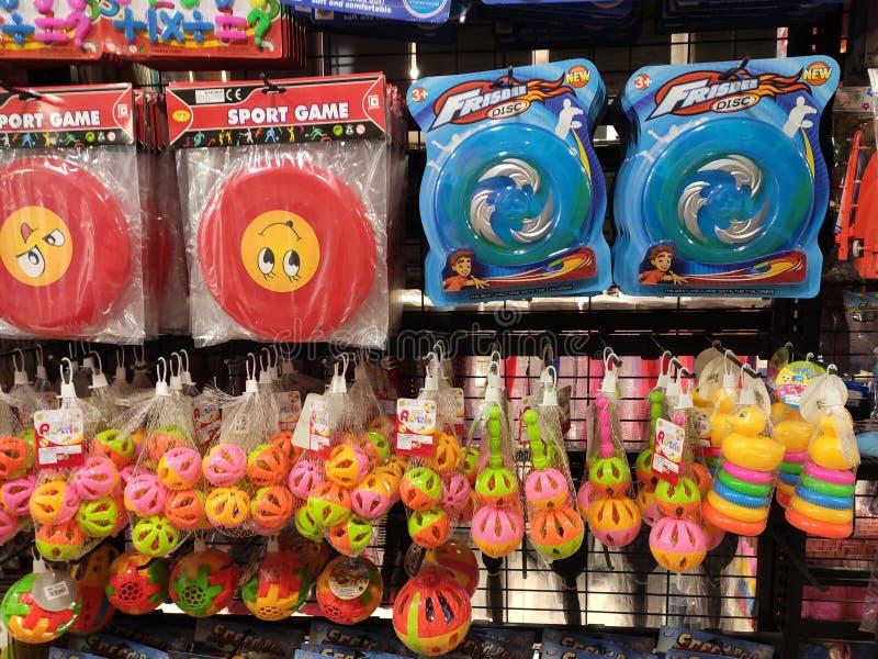 Los juguetes de los niños se cuelgan y se exhiben a los clientes fotos de archivo