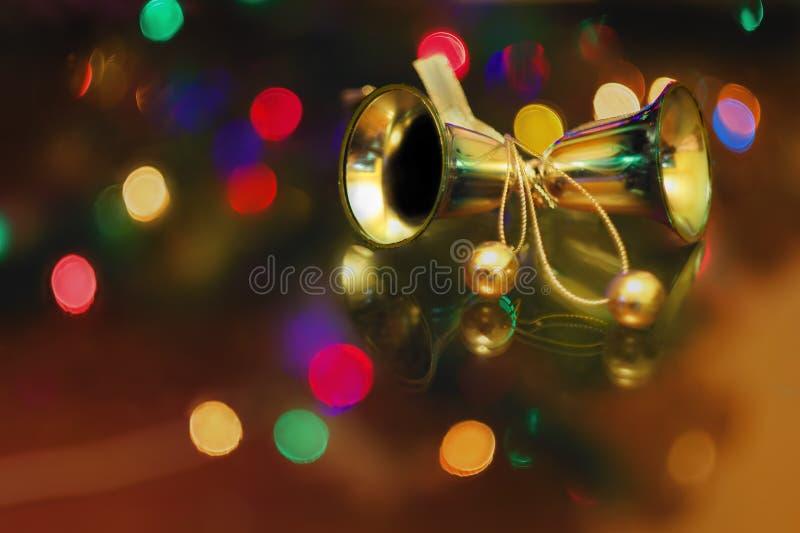 Los juguetes del Año Nuevo de la Navidad en un fondo borroso de la Navidad t foto de archivo libre de regalías