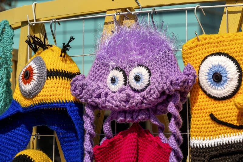Los juguetes hechos a mano hechos punto coloridos est?n en la exhibici?n en venta en una tienda de souvenirs imagenes de archivo
