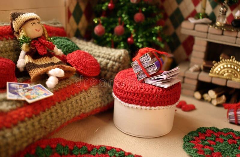Los juguetes miniatura hicieron las manos La costura de los niños, orfelinato para los juguetes fotografía de archivo