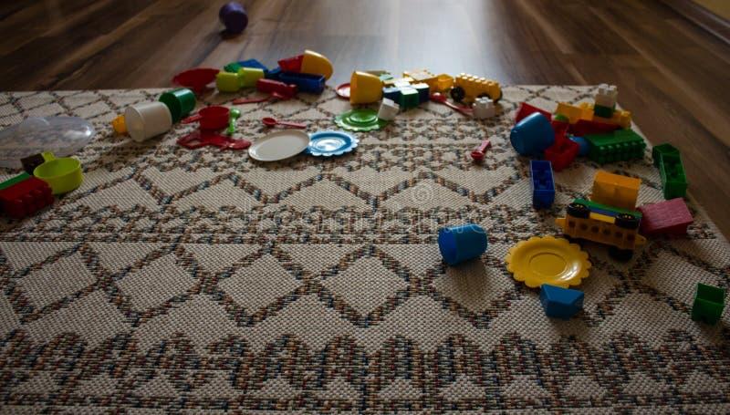 Los juguetes se dispersan en el piso foto de archivo libre de regalías